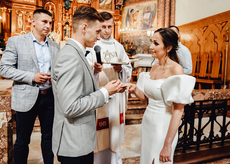 para młoda w kościele obrączki