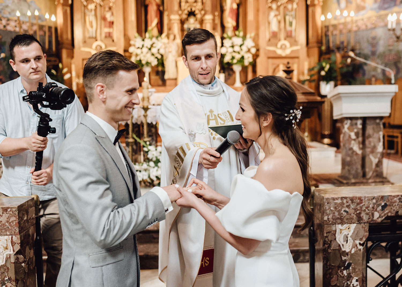 para młoda w kościele założenie obrączek