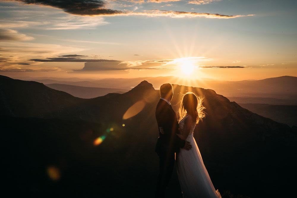 para młoda zachód słońca góry